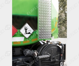 Road tanker for heating oil delivery, DDC Dry Disconnect coupling with ADR conform cap as trailer connection